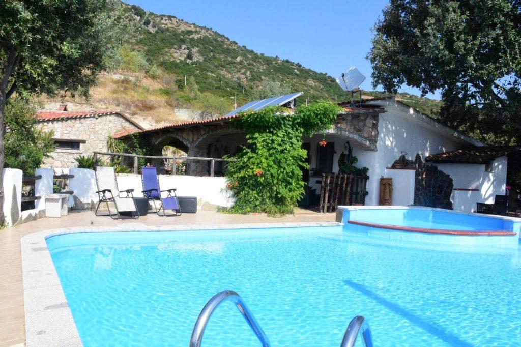 jannas-guesthouse-pool-orgosolo